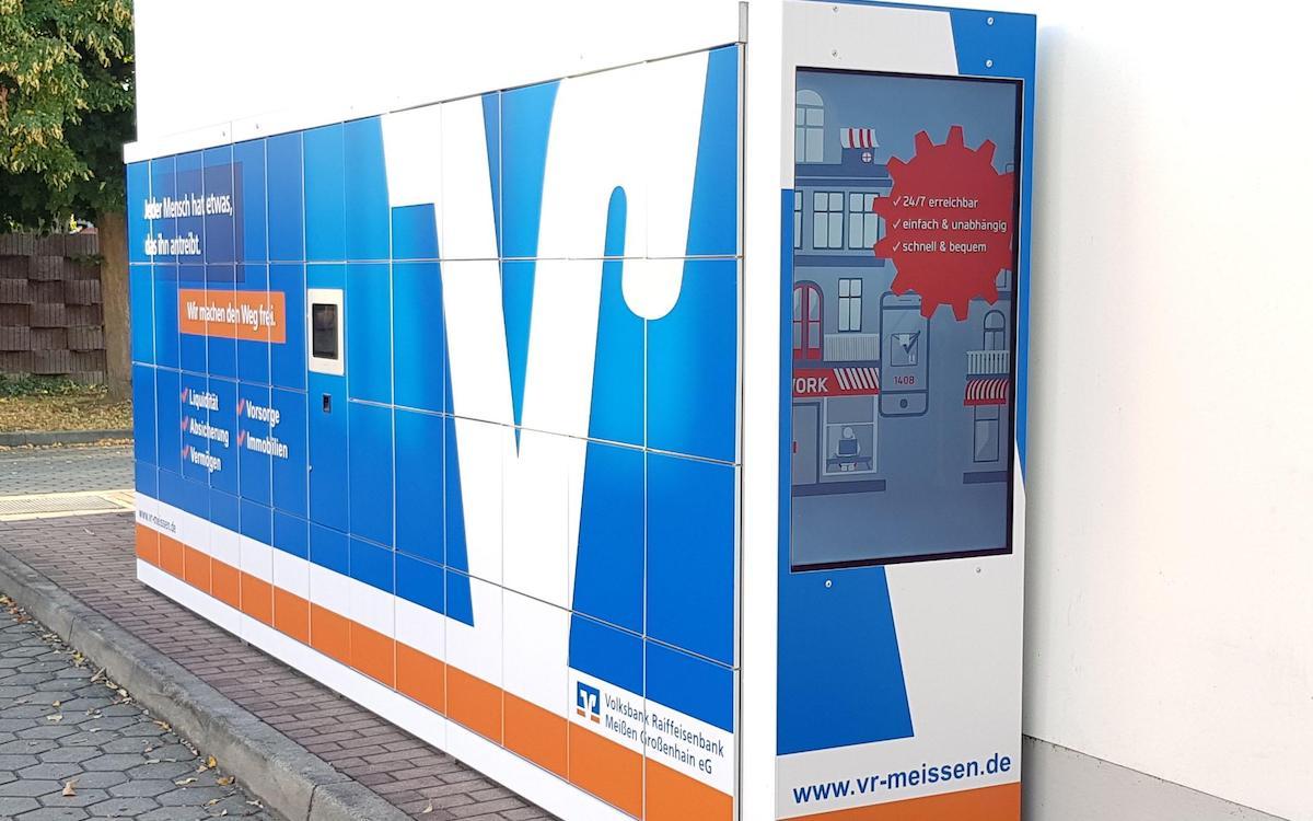 Abholstation mit Werbe-Screen an einer Tankstelle (Foto: Kapsch BusinessCom AG)