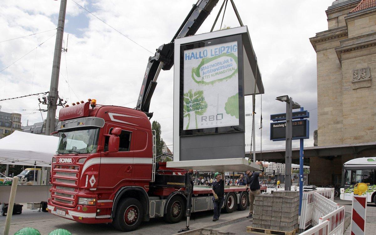 Am Hauptbahnhof Leipzig installierte RBL den ersten der neuen Werbeträger (Foto: RBL Media)