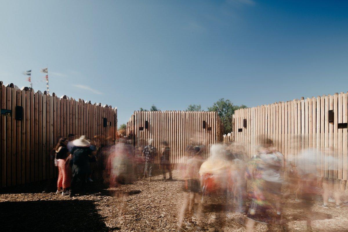 Holz, Sensorik, Sound ,LED Screens und Laserprojektoren gehören zu dieser Installation in Glastonbury (Foto: Hoare Lea)