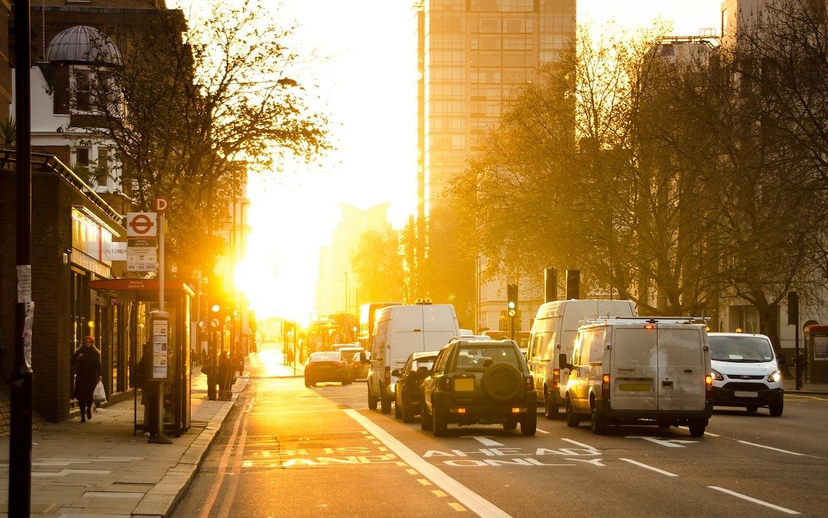 Bushaltestelle in der Sonne, Symbolbild (Foto: Pixabay / Skitterphoto)