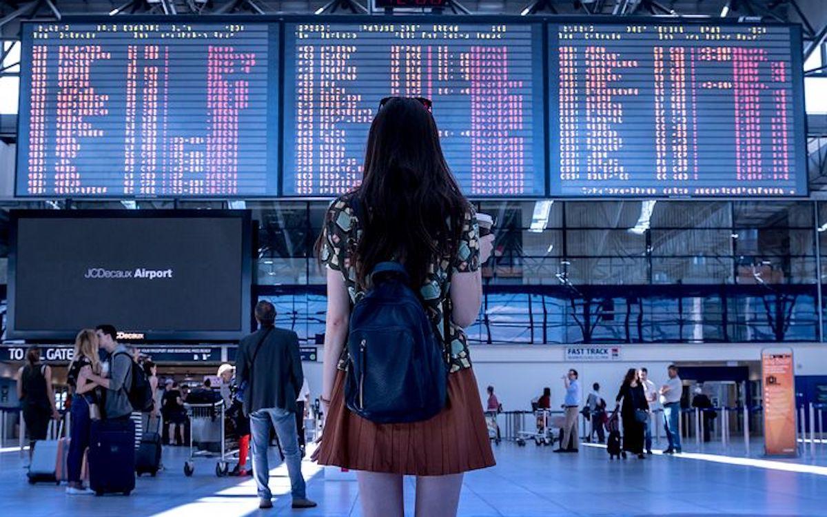 Digitale Werbefläche (links) und Flight Information Display (hinten) an einem Flughafen, Symbolbild (Foto: Pixabay / JESHOOTS-com)