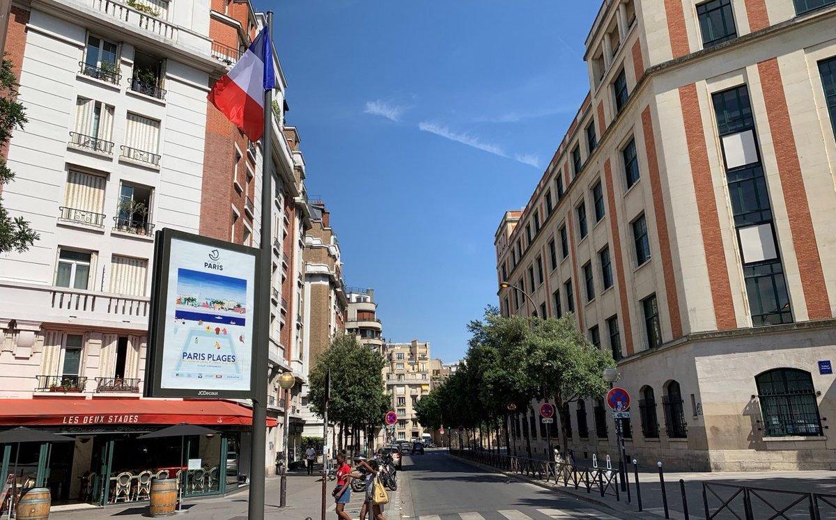 Einer der ersten neuen Display-Fahnenmasten in Paris (Foto: JCDecaux)