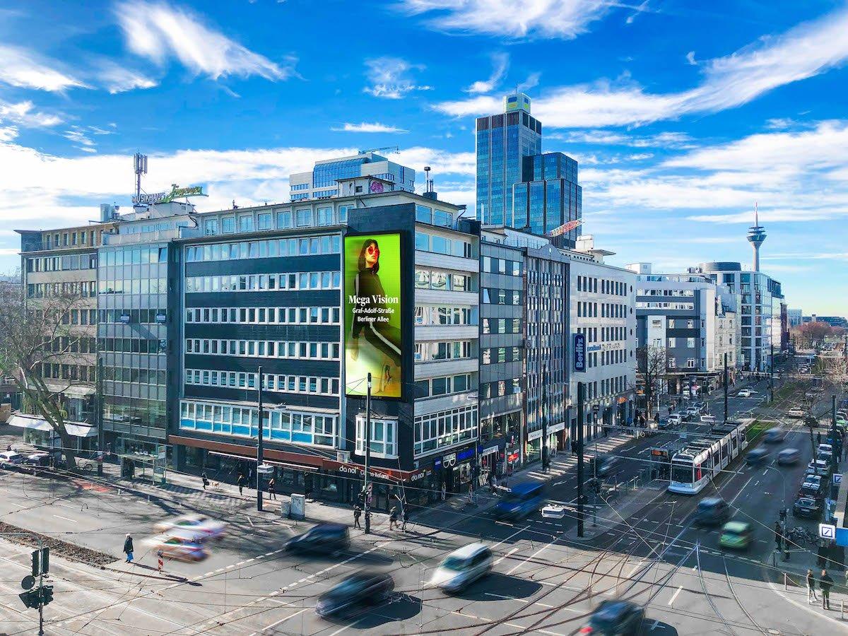 In Düsseldorf wurden bislang 2 von 3 übergroßen LED Screens von Ströer installiert (Foto: Ströer)
