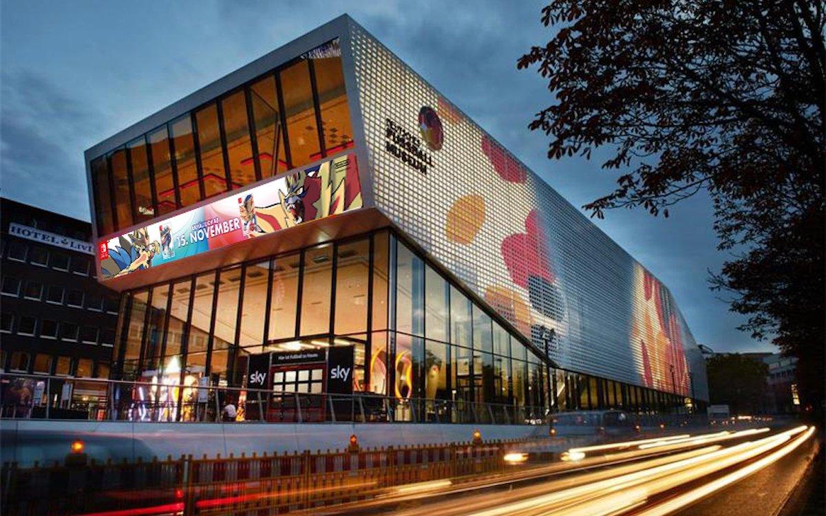 Links im Bild: das Videoboard an der Fassade des Deutschen Fussballmuseums (Foto: SIGN YOU mediascreen)
