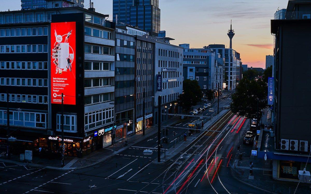 Mit Vodafone wirbt ein Düsseldorfer Werbungtreibender auf dem großen LED Screen (Foto: blowUP media / Ströer)