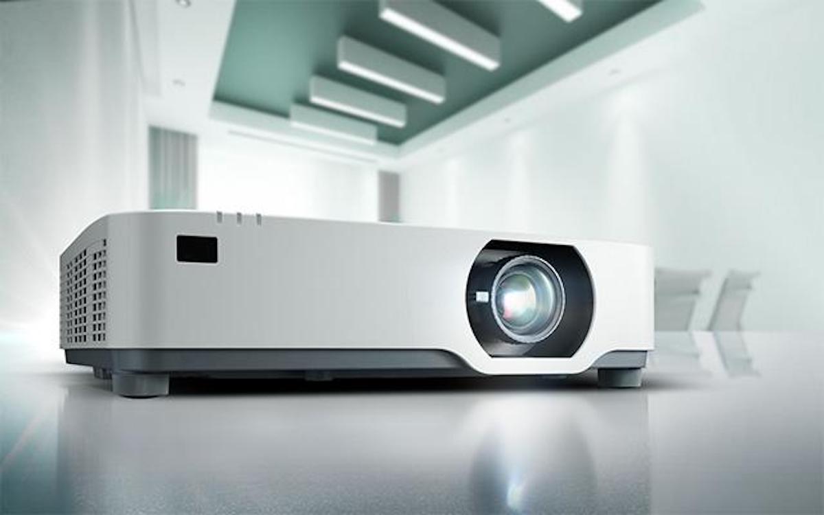 Noch leiser als sein Vorgänger: der Laserprojektor P605UL (Foto: NEC)