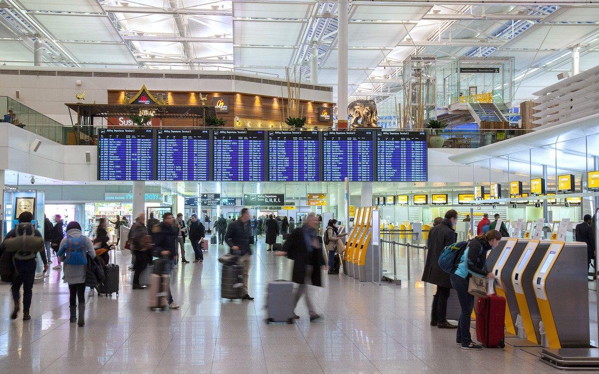 Reisende am Airport MUC im Bereich des Terminals 2 (Foto: Flughafen München / Bernd Ducke)