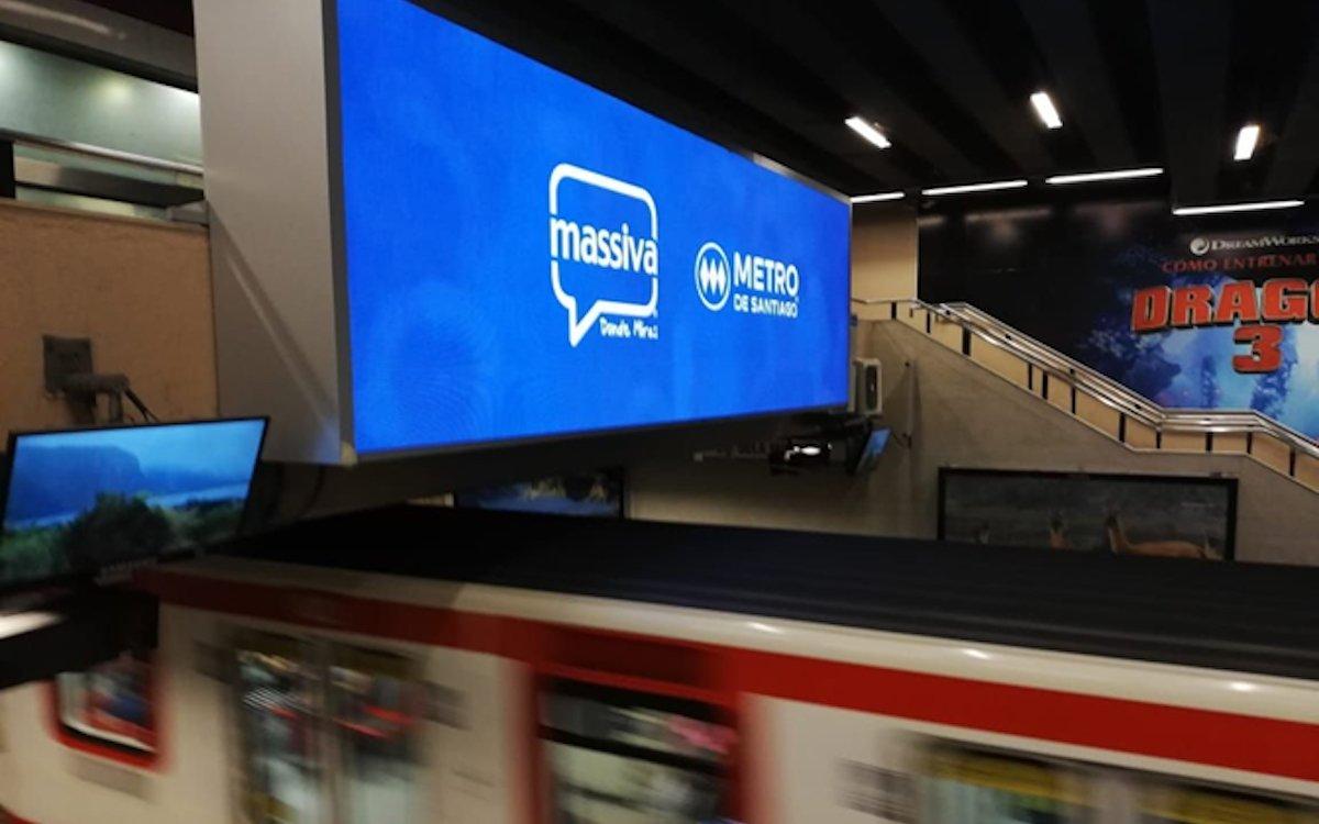 Screen des Außenwerbers Massiva in einem U-Bahnhof in Santiago de Chile (Foto: Absen)