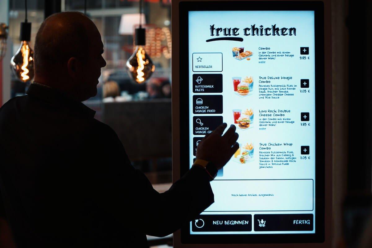 Touchscreen für die Bestellannahme (Foto: True Chicken)
