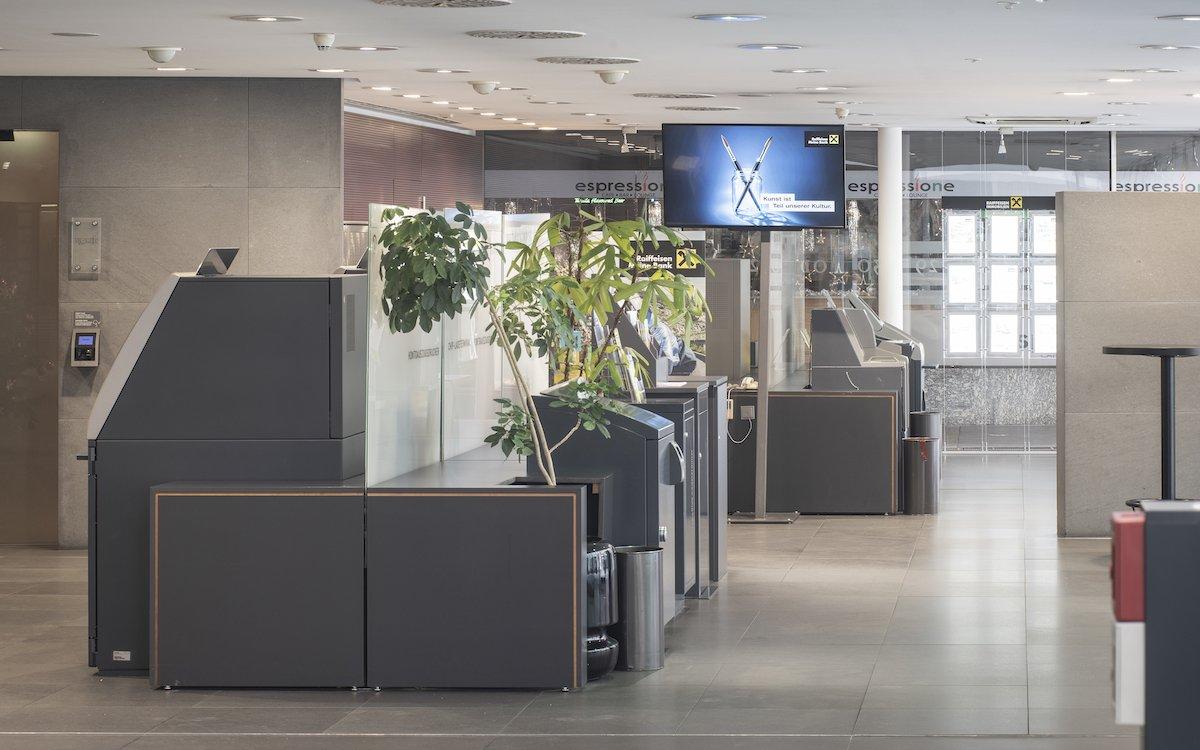 Wie hier in Innsbruck setzen die Raiffeisenbanken in Tirol auf ein neues Digital Signage System (Foto: Alex Gretter Fotografie)