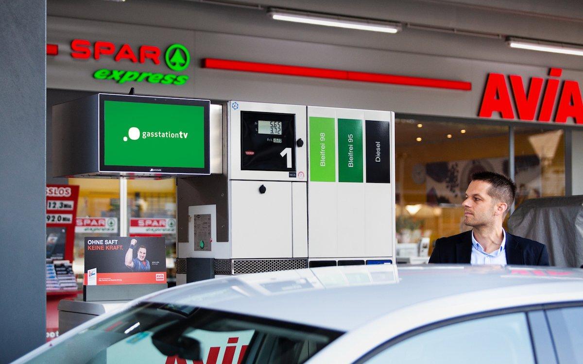 An Tankstellen von AVIA und anderen Betreibern sind die Screens von gasstationtv im Einsatz (Foto: Livesystems)