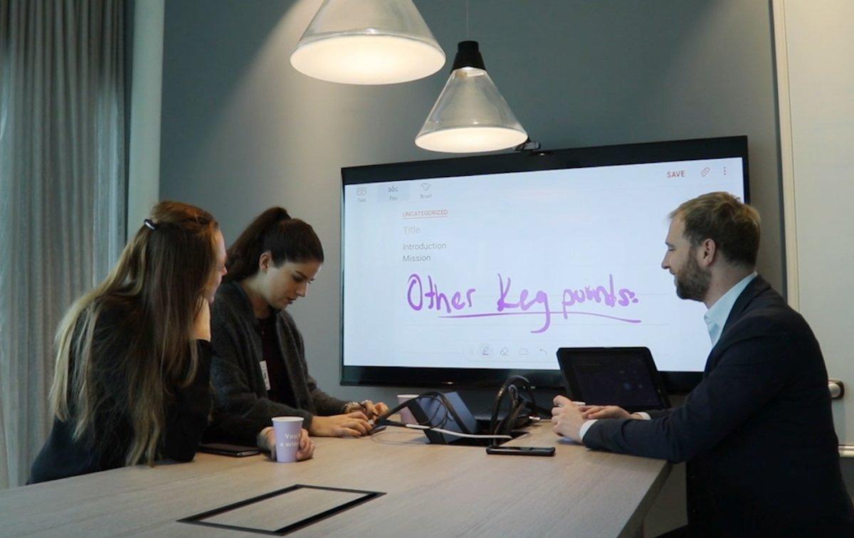 Besprechung in einem der Meetingräume (Foto: Samsung)