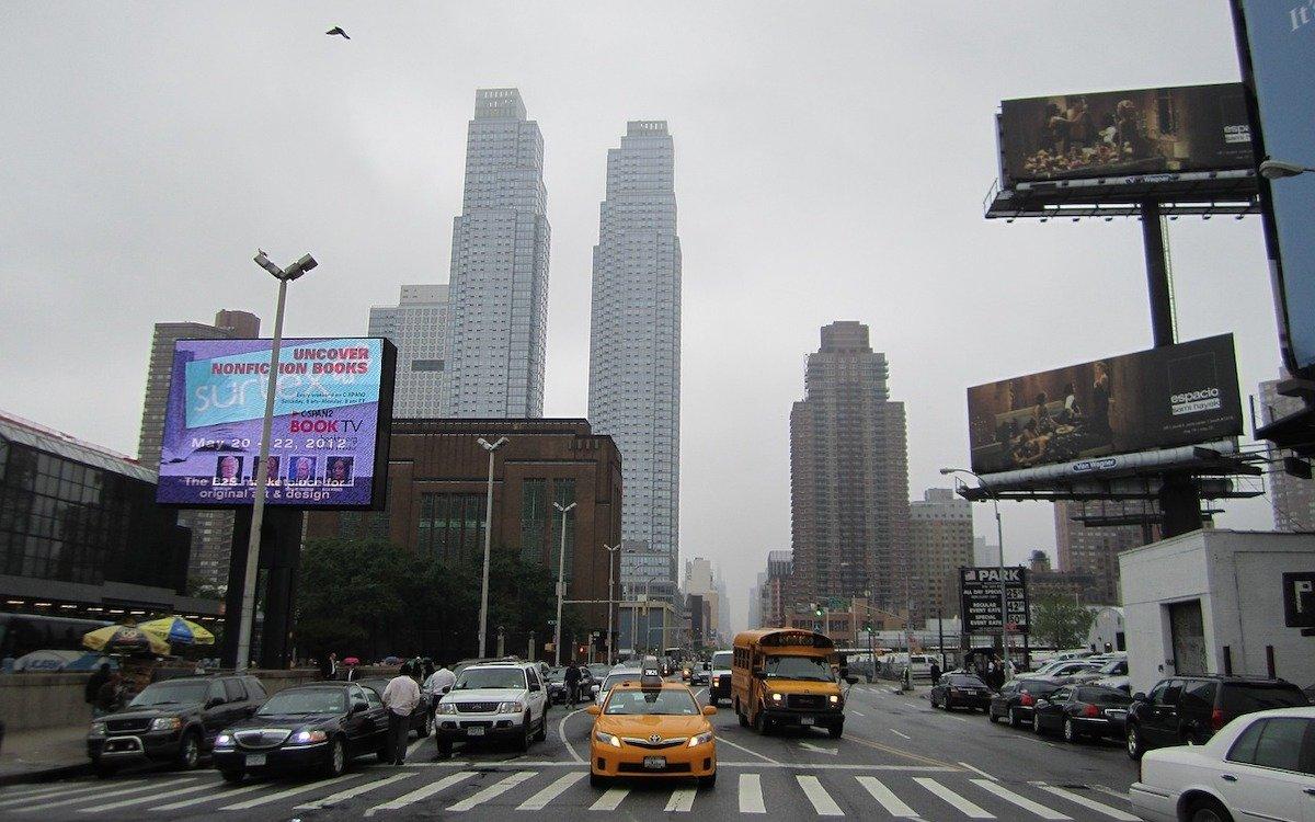 Digitale und analoge Billboards in New York (Foto: Pixabay / nudgynote)