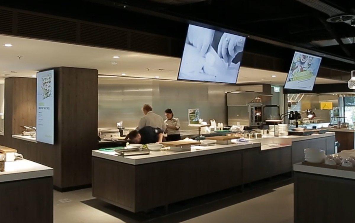 Links: UHD-Digital Menu Board in der Cafetaria (Foto: Samsung)