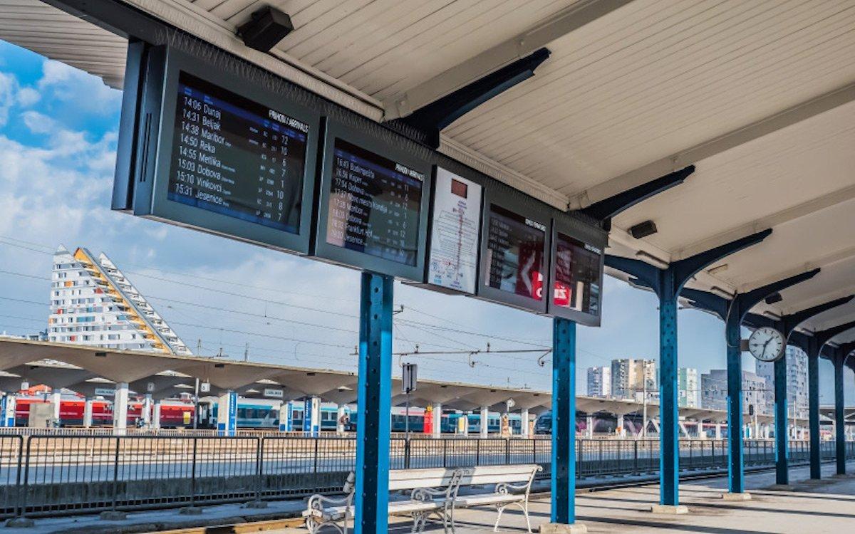 """Horizontal ausgerichtete 55"""" Screens am Bahnhof von Ljubljana (Foto: Infinitus)"""