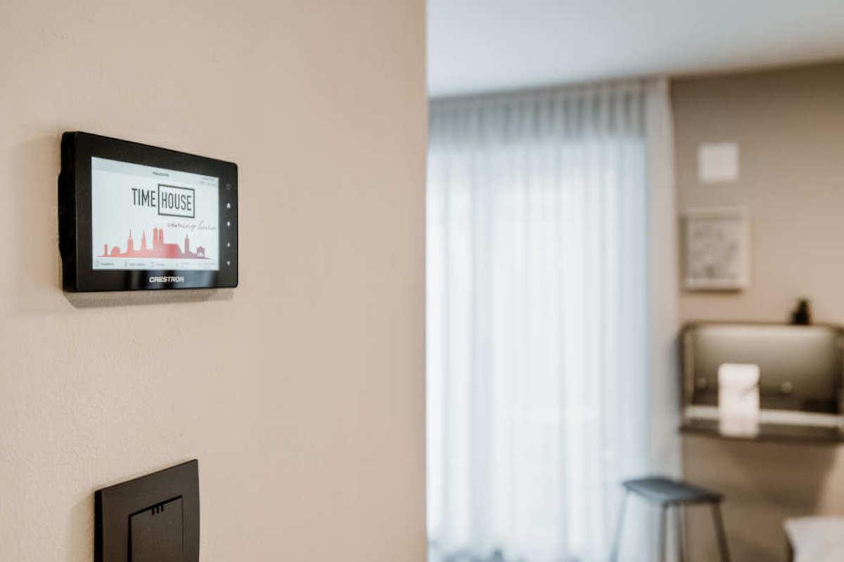 In den Zimmern wurden kleine Touchpanel installiert (Foto: a/c/t Beratungs & System GmbH)