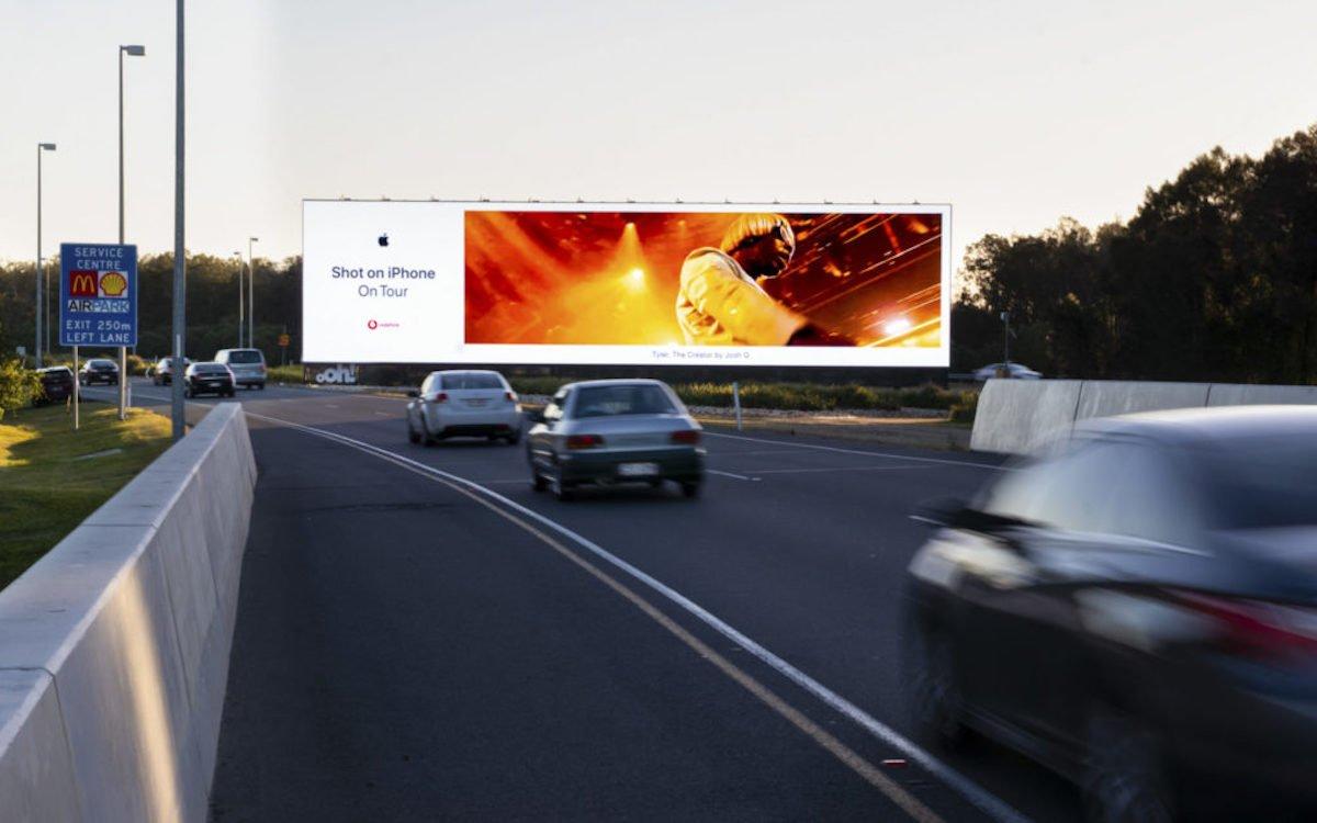 Kampagne von Apple auf dem oOh!media Screen am Flughafen Brisbane (Foto: oOh!media)