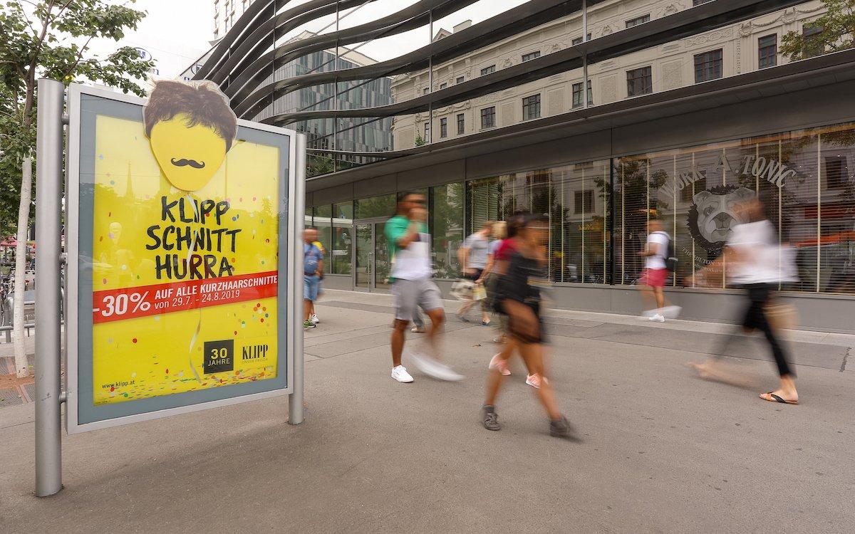 Klipp und klar kommuniziert die Kurzhaarschnitt-Kampagne von Klipp am City Light (Foto: Gewista / Katharina Schiffl)