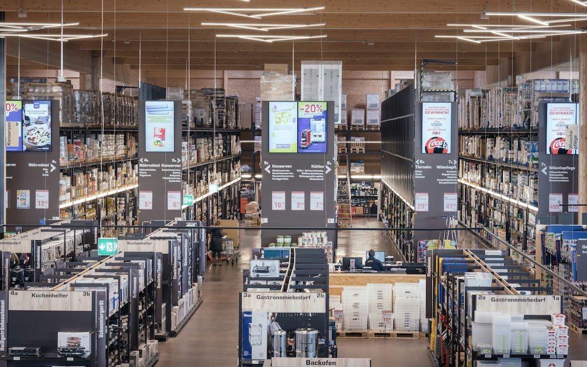 Riesige vertikal ausgerichtete Screens im St.Pöltener Flagshio von Metro (Foto: Peakmedia)