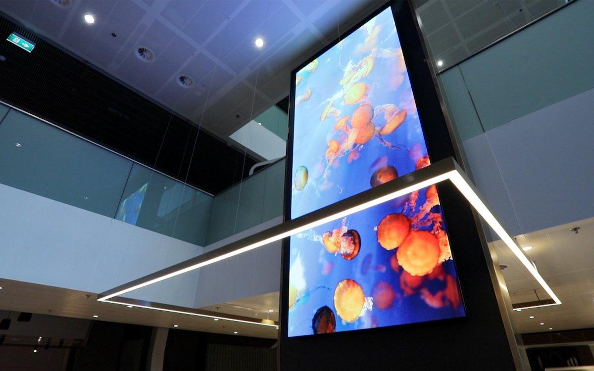 Vertikal installierter LED Screen in der Cafetaria (Foto: Samsung)