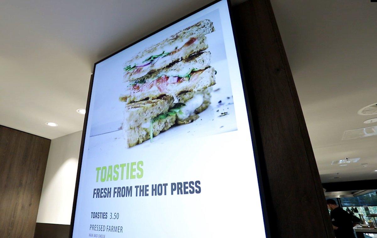 Vertikal ausgerichtete LED-Fläche in der Cafetaria (Foto: Samsung)