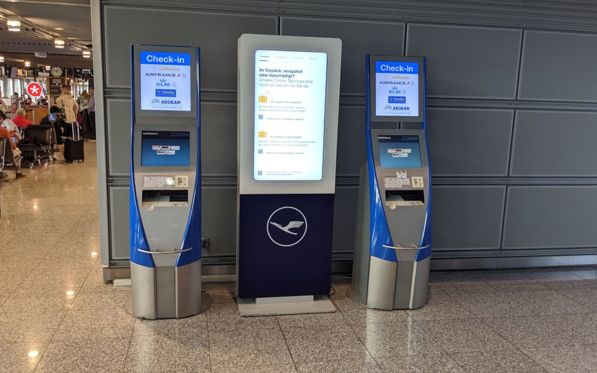In guter Gemeinschaft - Lufthansastele zwischen SITA-Checkin Terminals (Foto: invidis)