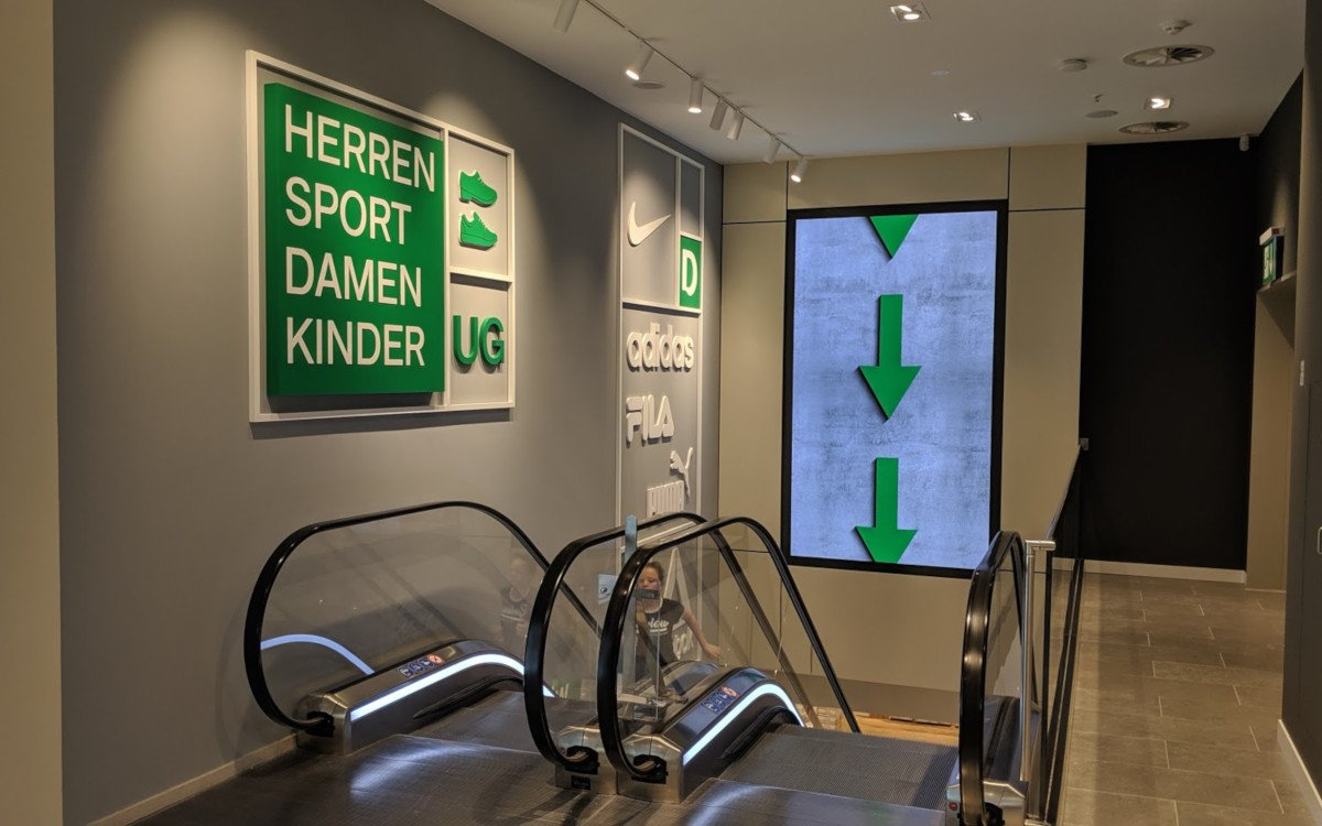 LED und zusätzliche Rolltreppen sollen den Kundenfluss Richtung Untergeschoss leiten (Foto: invidis)