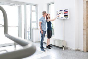 Brandschutz-zertifziert und einfach ansteuerbar sollen die Screens die Kommunikation mit den Mietern verbessern (Foto: Swissclick AG)
