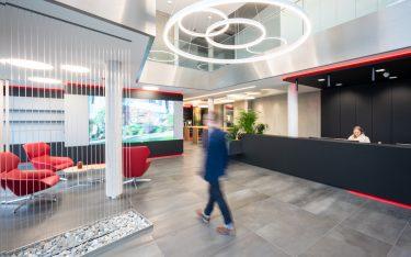 Eingangsbereich der JULABO-Zentrale (Foto: NEC Displays Solutions)