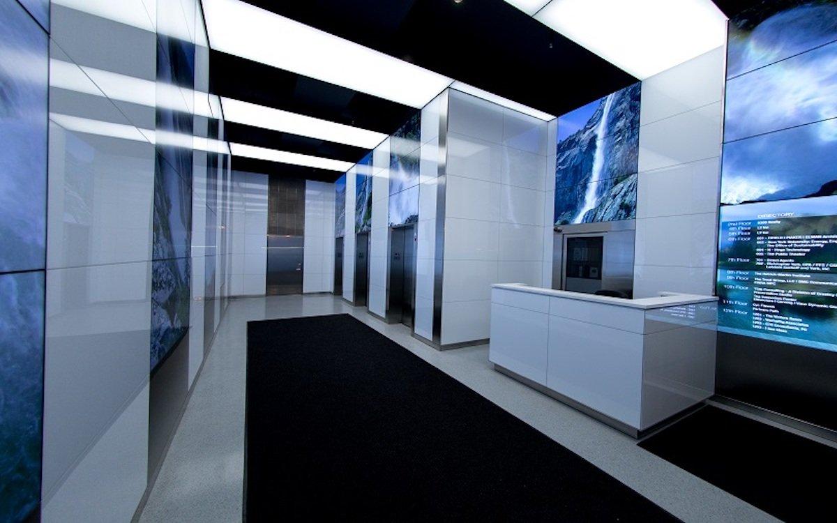 Glas Panel und Screens einer Videowall gehen in der Lobby des 740 Broadway eine Einheit ein (Foto: Elevecture)