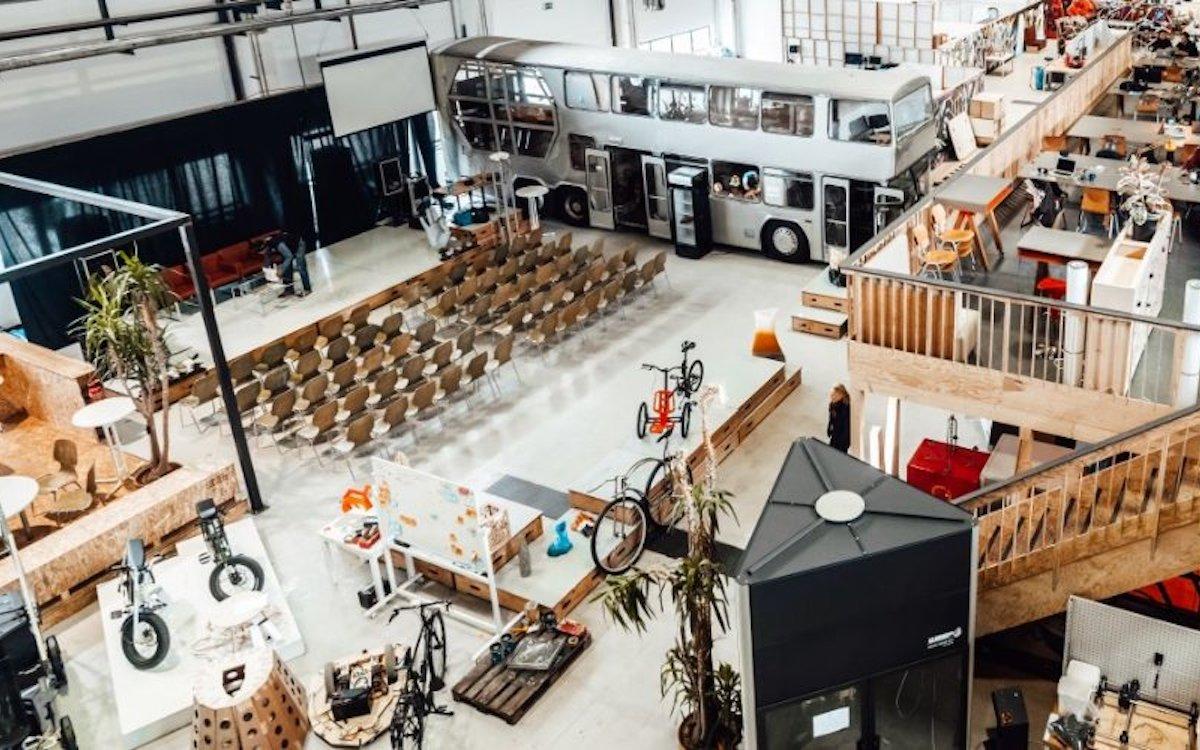 Blick auf den Industry Space im MotionLab.Berlin – auch der Doppeldecker-Bus kann einzeln gemietet werden (Foto: MotionLab.Berlin)