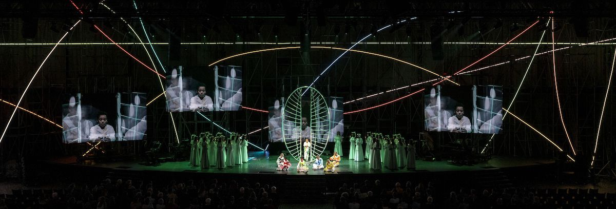 """""""Mädchenprozession mit Wiedergeburt"""" (Foto: Ruth & Martin Walz / Dutch National Opera)"""