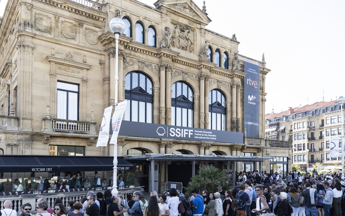 Lange Schlange vor einem baskischen Kino beim SSIFF im Jahr 2018 (Foto: Donostia Zinemaldia – Festival de San Sebastián / Mikel Blasco)