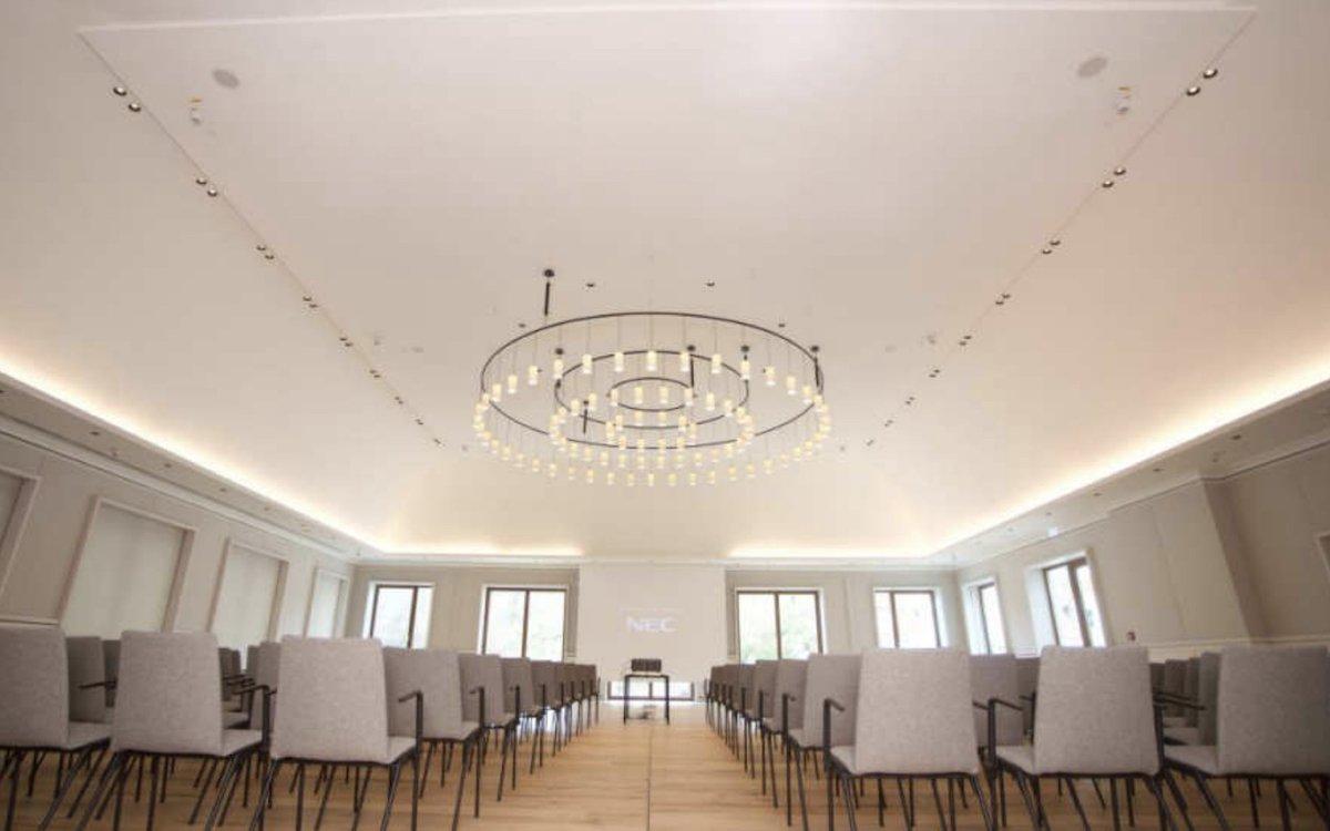 In den grossen Konferenzräumen wurden Laserprojektoren von NEC installiert (Foto: a/c/t Beratungs & System GmbH)