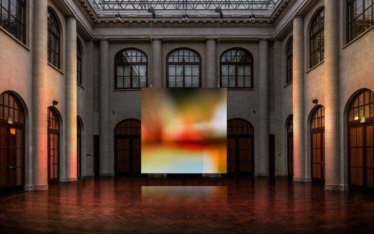 """LED Screen mit der Installation """"FADE"""" in Berlin (Foto: Jakob Kupfer)"""