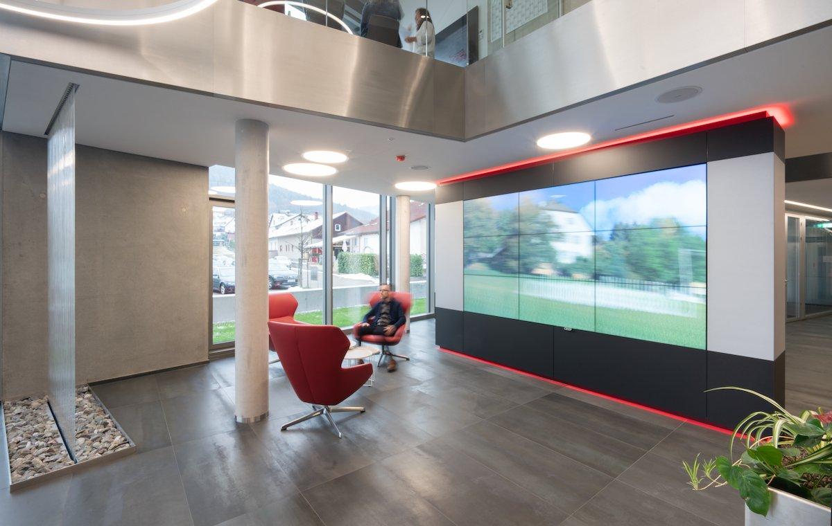 Nicht nur die Kunden geniessen die Inhalte der neuen Videowand (Foto: NEC Displays Solutions)