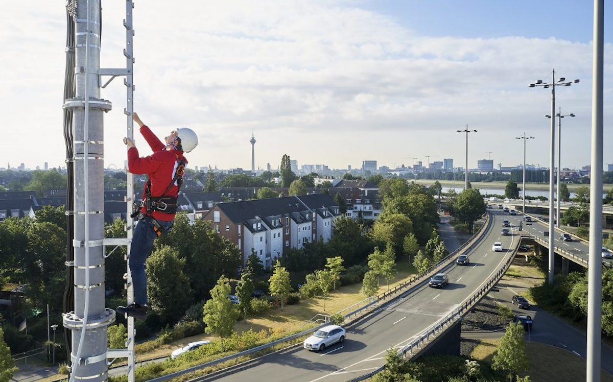 Techniker von Vodafone bei der Installation einer 5G-Antenne (Foto: Vodafone)