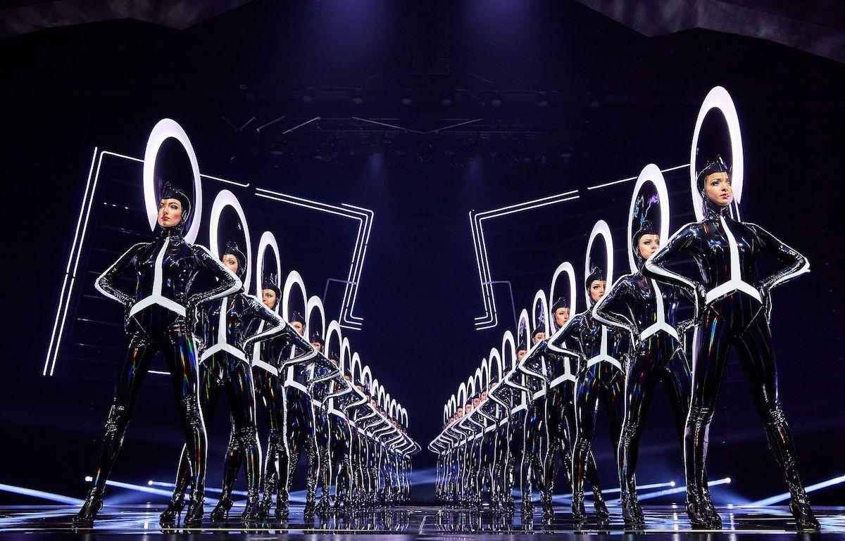 """""""VIVID Grand Show"""" bringt Androiden und Menschen zum Tanzen und, na klar: in die ein oder andere veritable Kickline (Foto: Brinkhoff/Moegenburg)"""