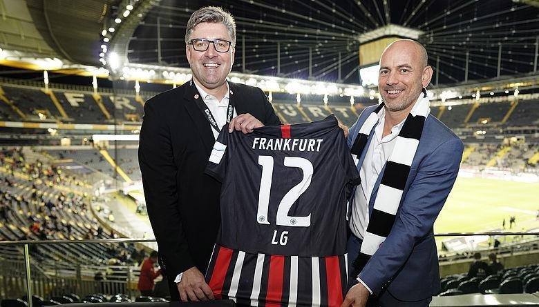 Axel Hellmann, Vorstandsmitglied von Eintracht Frankfurt, und Merlin Wulf, Director Marketing von LG Electronics in Deutschland (Foto: Eintracht Frankfurt)