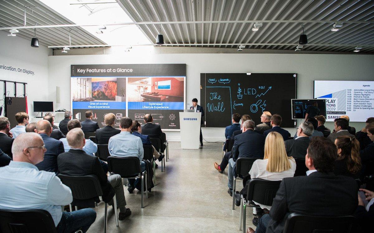 Volles Haus im Digital Signage Showroom von Samsung in Eschborn (Foto: Samsung)