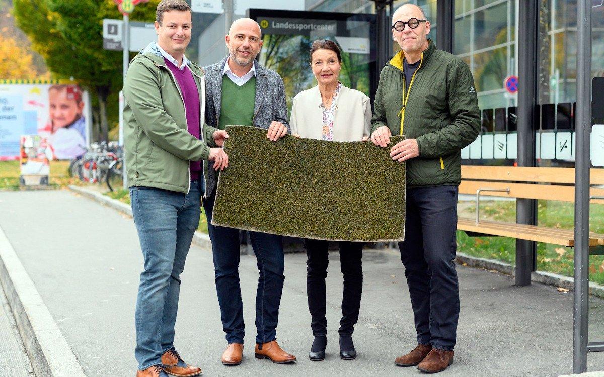 Epamedia bringt Moos auf die Wartehalle - V.l.n.r.: Markus Mayrhofer, Thomas Frauenschuh (beide EPAMEDIA), Uschi Schwarzl (Umwelt- und Mobilitätsstadträtin Innsbruck) und Martin Baltes (Geschäftsführer IVB). Foto: IVB/Gerhard Berger