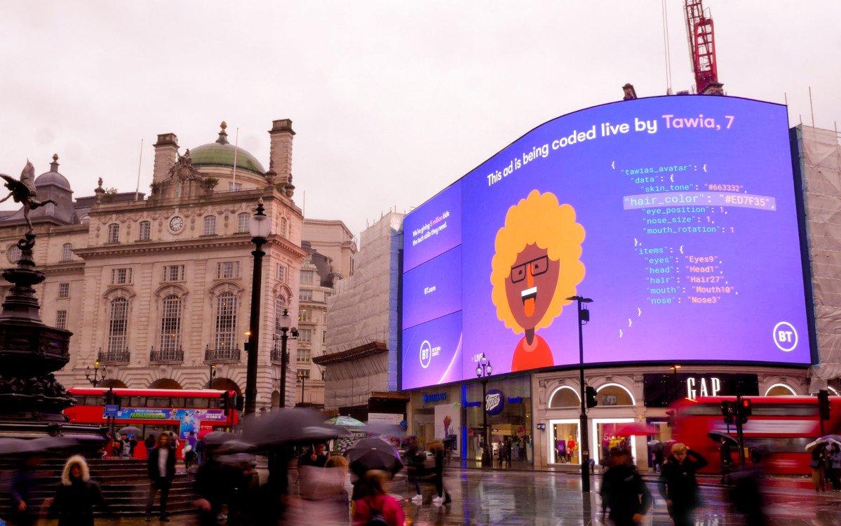 BT, Ocean Outdoor, Saatch & Saatchi and Posterscope ermöglichen Schülern Live-Coding auf Piccadilly Lights DooH-LED (Foto: Ocean Outdoor)