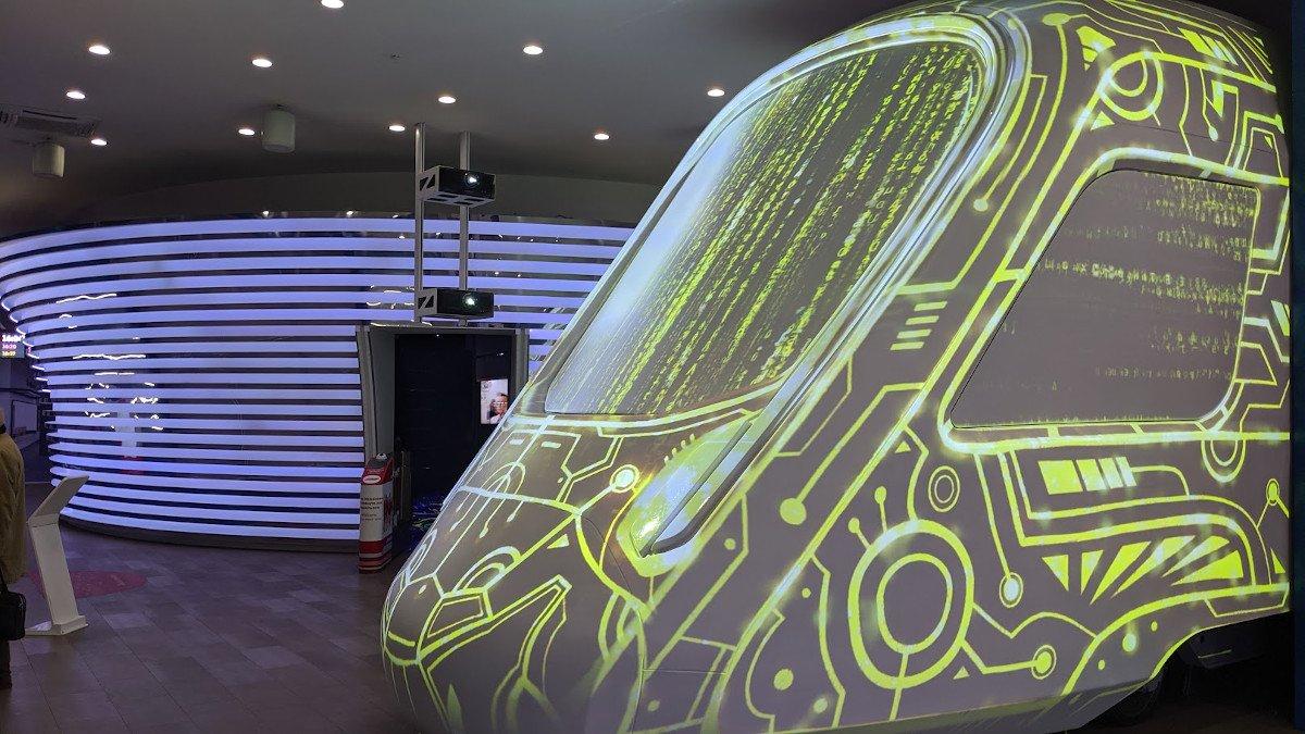 Porjection Mapping - Informationen und Animationen auf der Außenhaut des neuen Triebfahrzeugs (Foto: invidis)