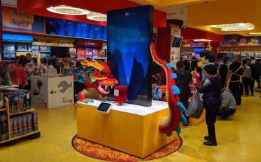 Lego Drache trifft Digital-Experience - Lego Flagship in Beijing (Foto: invidis)