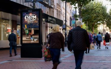 Doppelseitiger DooH Screen in Reading (Foto: JCDecaux)