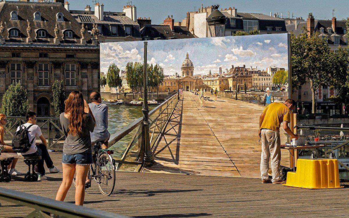 Kein Screen auf den Straßen von Paris erlaubt. Es gibt da einen Ausweg. Dieser analoge Trick ist es jedenfalls nicht (Foto: Pixabay / edmondlafoto)