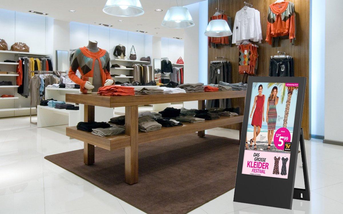 """Digitaler Kundenstopper """"Bera"""" in einem Shop (Foto: Werkstation)"""