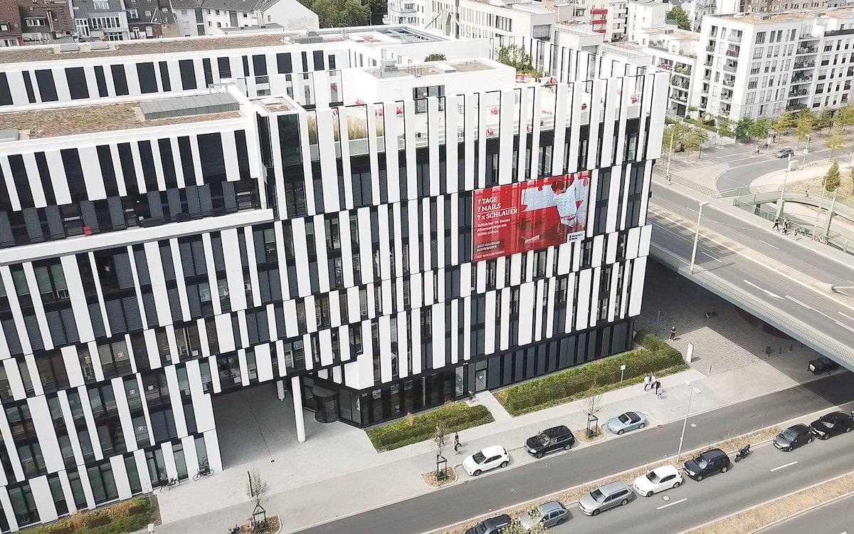 Mit 85 Quadratmetern ist das der größte Outdoor-Medienscreen in ganz Düsseldorf (Foto: tennagels Medientechnik)
