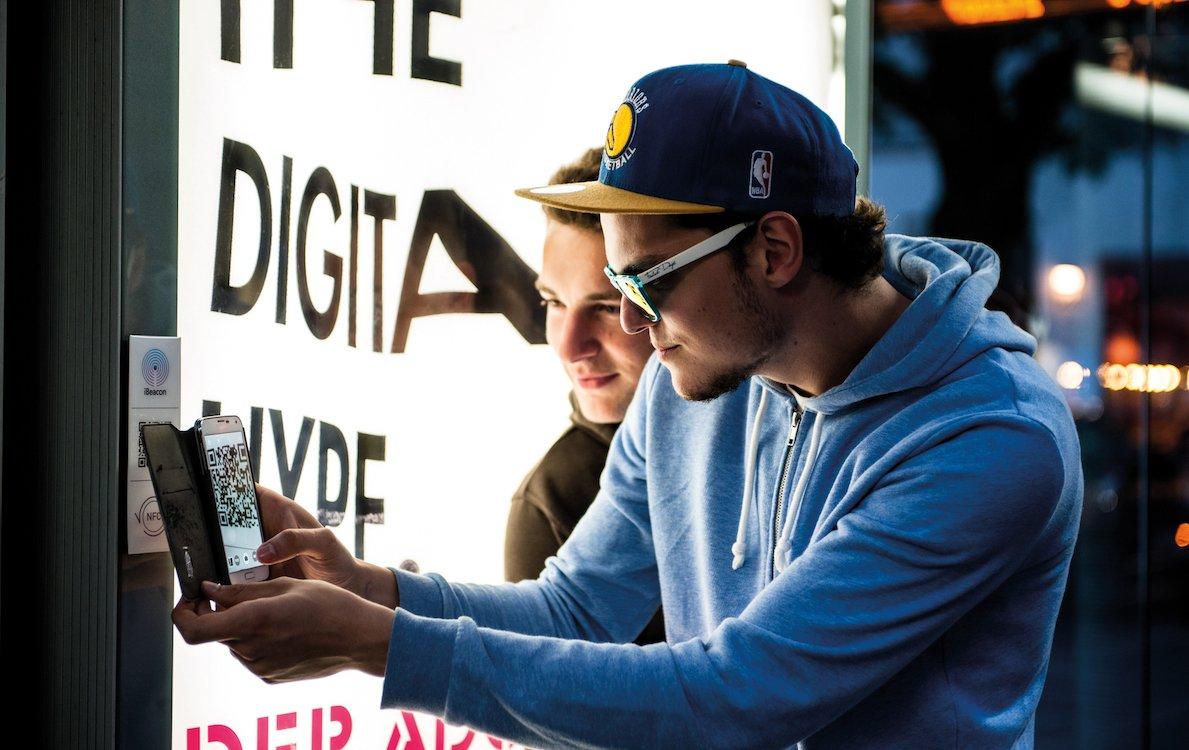 Smartphones spielen bei interaktiven Kampagne eine große Rolle (Foto: WallDecaux)