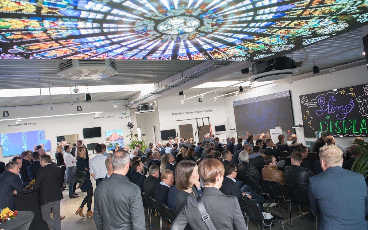 Volles Haus beim Samsung Digital Signage Solution Day - Dominik Heil von Samsung erzählt die Geschichte des Displays (Foto: Samsung)